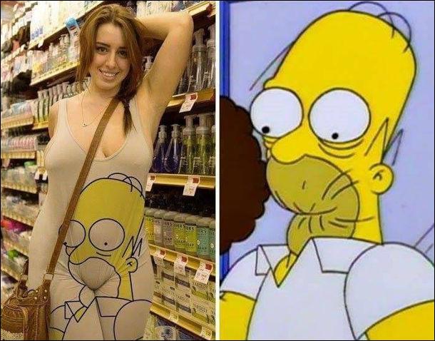 Дівчина в костюмі, на якому намальовано обличчя Гомера Сімпсона і його трохи зажувало