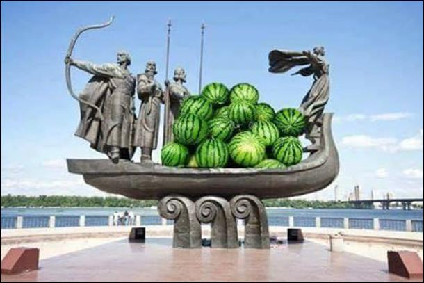 Тим часом в Києві... Пам'ятник Кию, Щеку, Хориву і Либеді. Їхній човен наповнений кавунами
