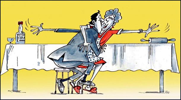 Чоловік з дружиною пристрасно цілуються, причому чоловік однією рукою тягнеться до горілки, а дружина - до качалки